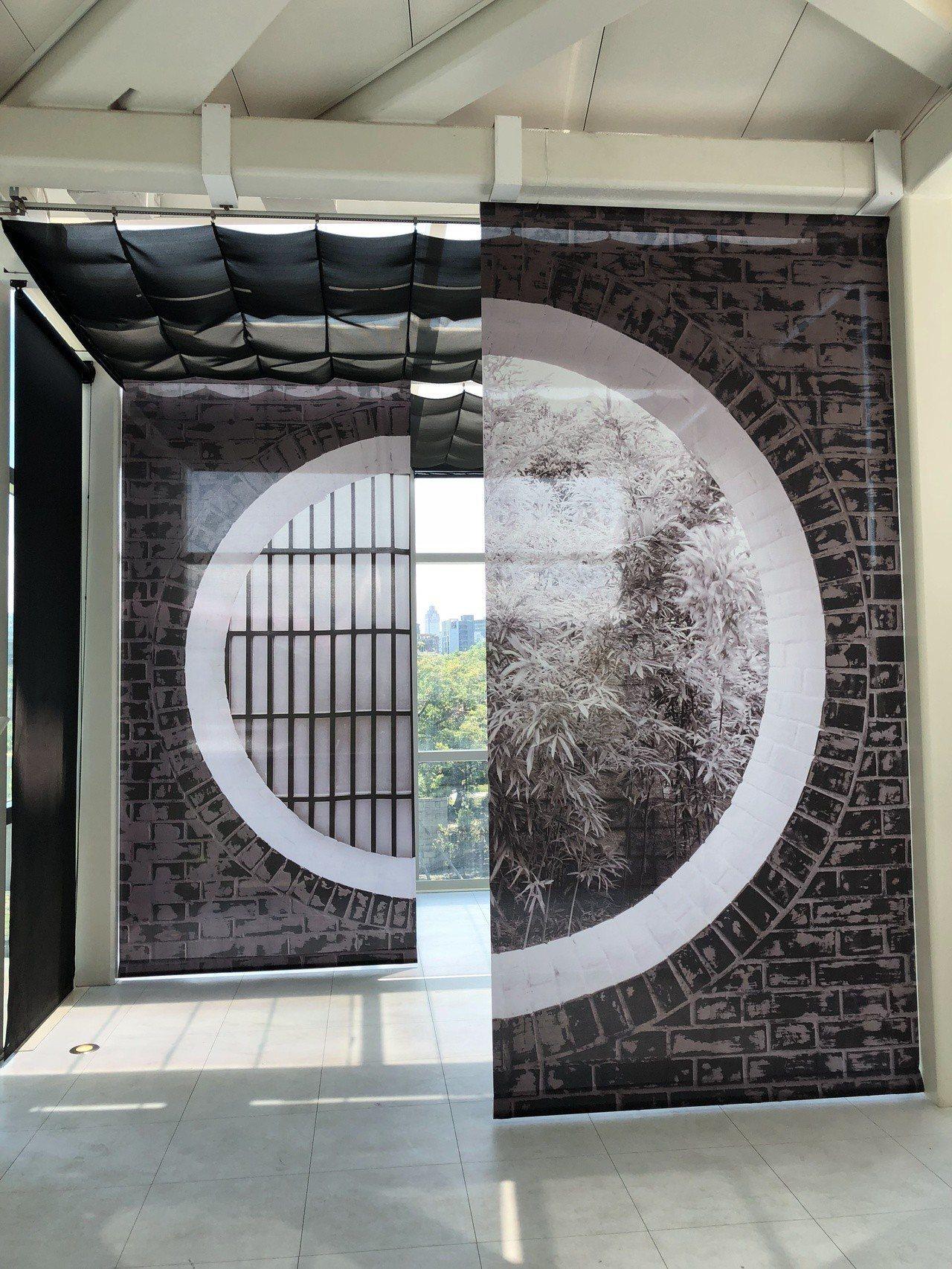 台北市立美術館內部裝修完成後,透過建築師王大閎式的中式圓窗造景設計,可見窗外。記...