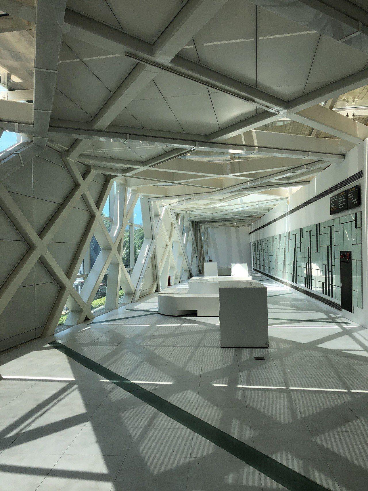 台北市立美術館新設廊道,可見櫸木式光影。記者何定照/攝影