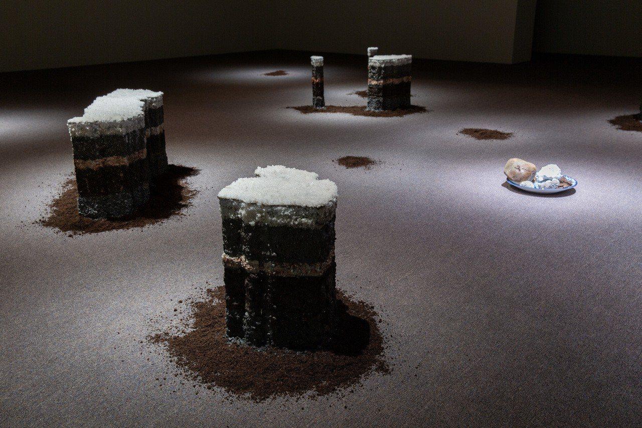 隆薩克.阿努瓦特菲蒙《人類世》,作品由20塊土丘層層疊疊組成,材料取自台灣各處受...