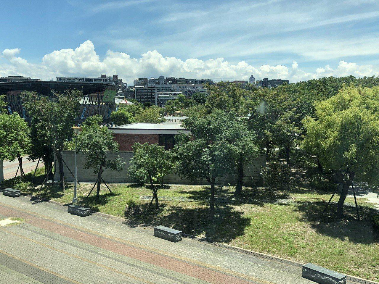 台北市立美術館二樓窗外可見王大閎建國南路自宅重建。記者何定照/攝影