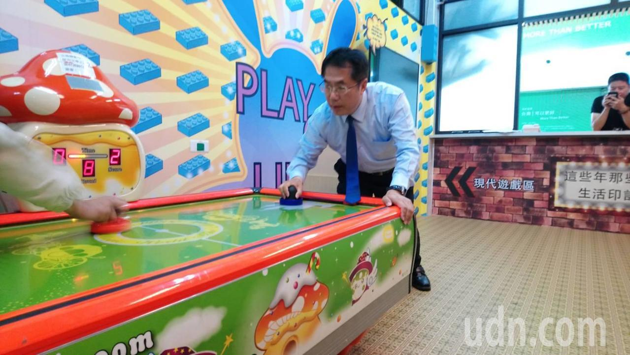 黃偉哲今天在勝選後接受媒體訪問, 選後輕鬆的在自己的競選總部內玩遊戲。記者修瑞瑩...