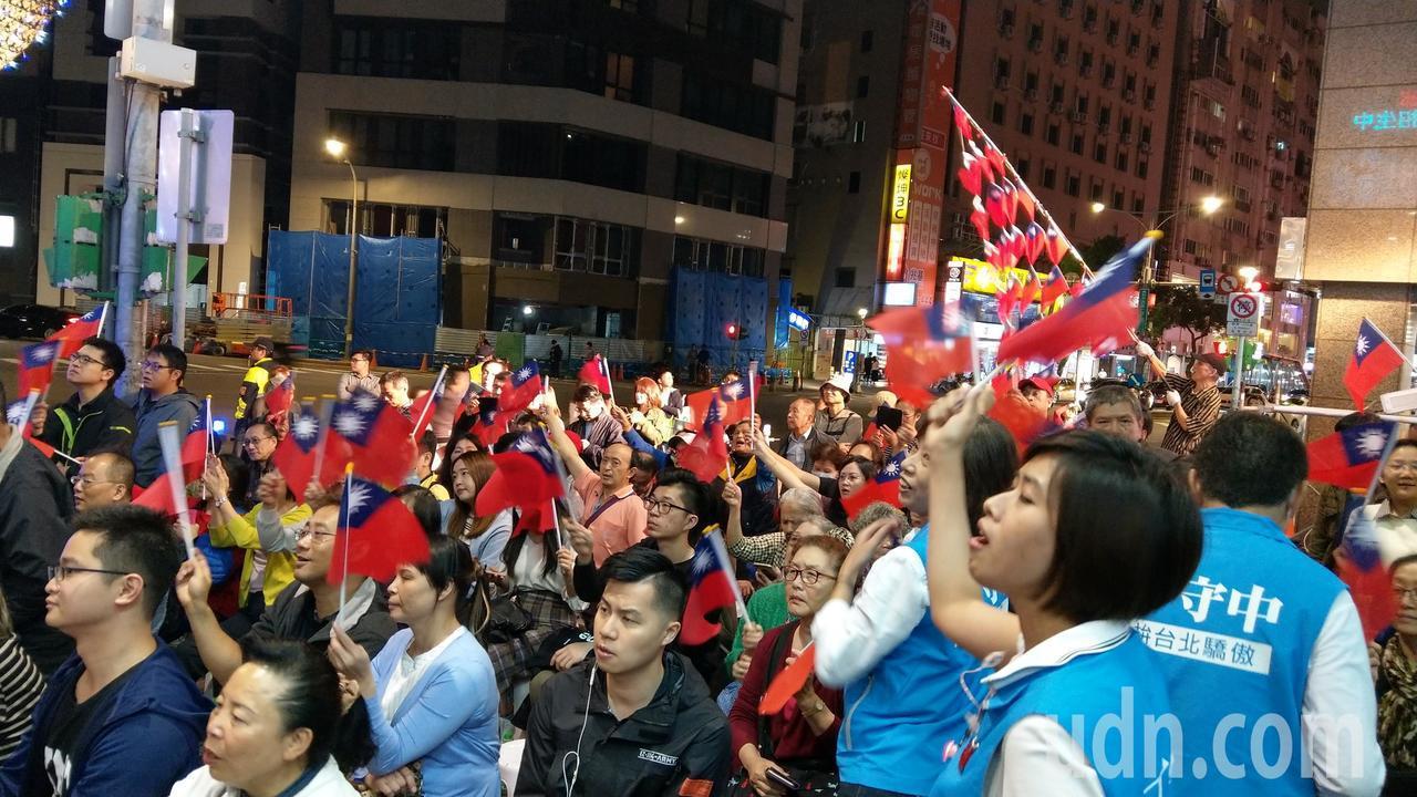 丁守中競選總部昨晚支持者湧入不走。記者楊正海/攝影
