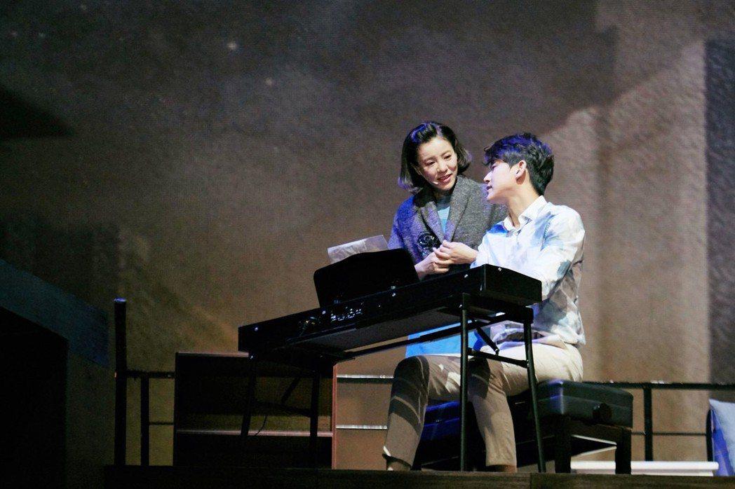 丁噹(左)、陳乃榮在舞台劇中有許多情愛糾葛。圖/相信提供