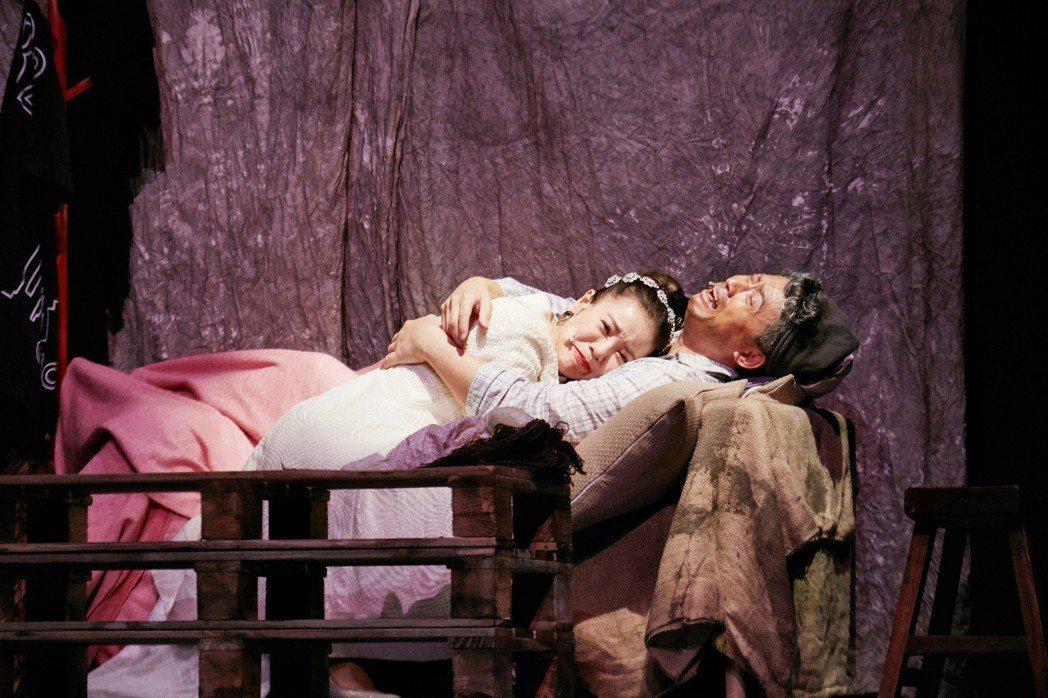 丁噹(左)演出阿美一角,與病重的亞叔(王柏森 飾)的互動相當催淚。圖/相信提供