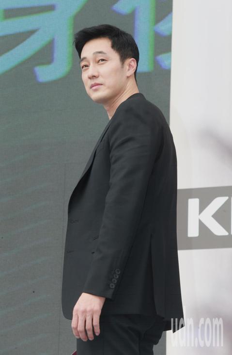 韓星蘇志燮宣傳新戲「我身後的陶斯」七度抵台,下午以帥氣的特務之姿現身和粉絲見面。