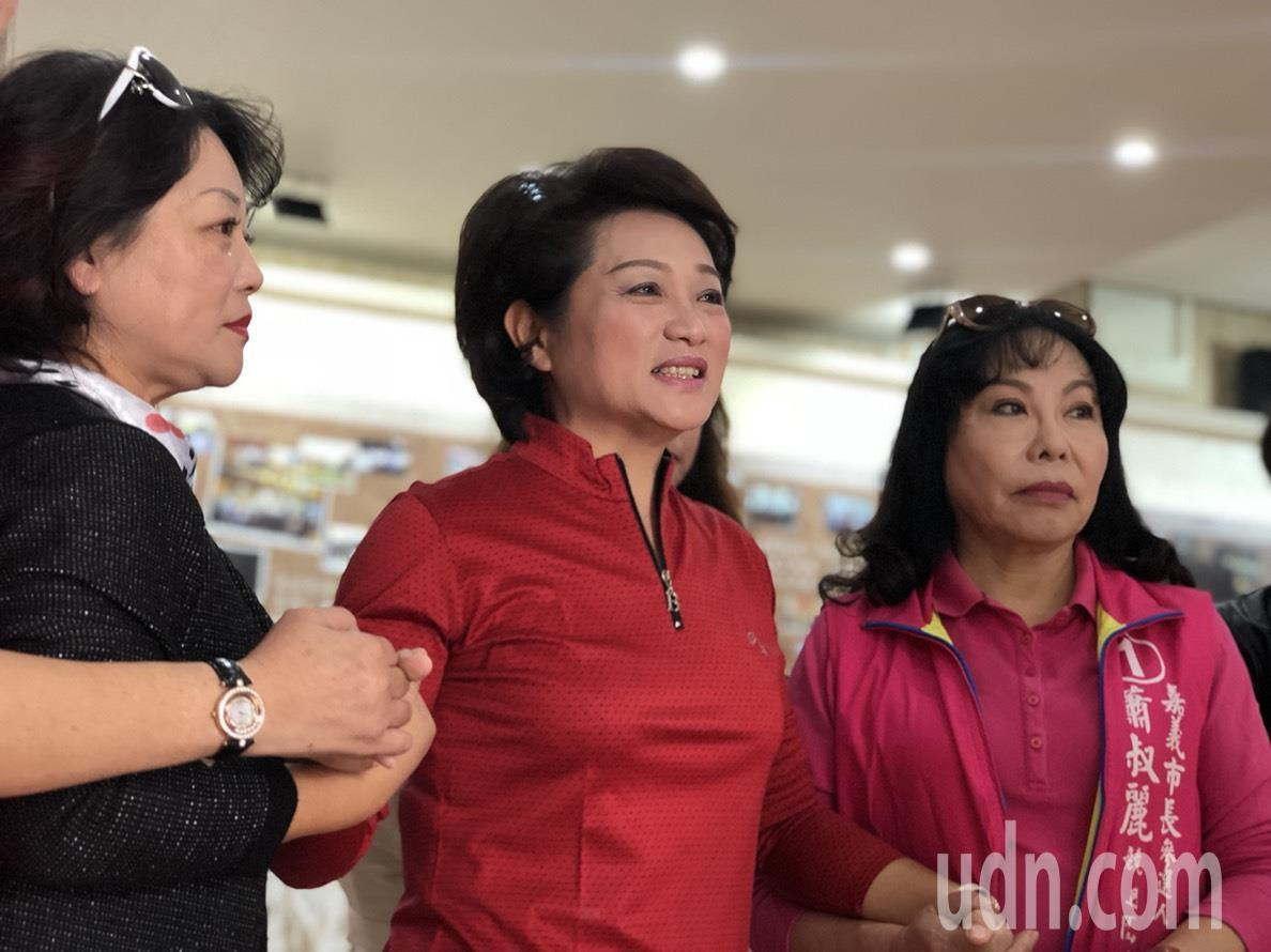 以無黨籍參選嘉義市長落敗的現任議長蕭淑麗,今天安排車隊謝票行程,支持者陪在身旁,...