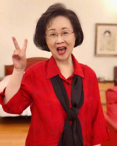 文藝小說之母瓊瑤今在臉書發表寫給新科高雄市長韓國瑜的一封信,她坦言被他提倡的「愛與包容」所感動。也認自己是韓粉,等待他未來為台灣帶來陽光。以下為瓊瑤臉書內容:《寫給韓國瑜的話》韓國瑜,你金戈鐵馬,氣...