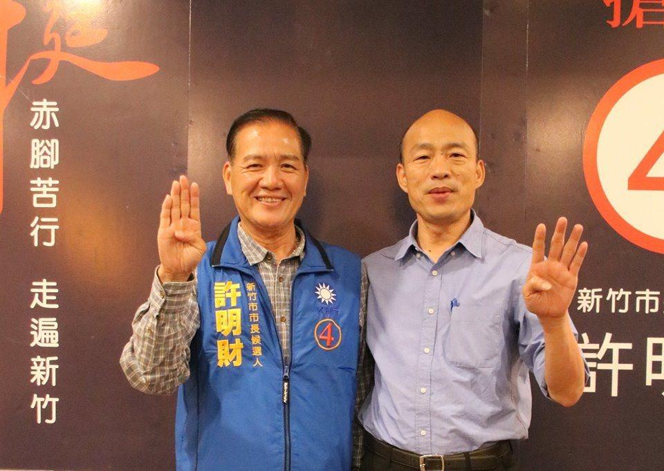 65歲的許明財與高雄市長韓國瑜合照。圖/許明財團隊提供