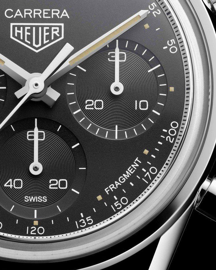 與藤原浩合作的限量Carrera系列計時碼表,在5點鐘方向裝飾了「Fragmen...