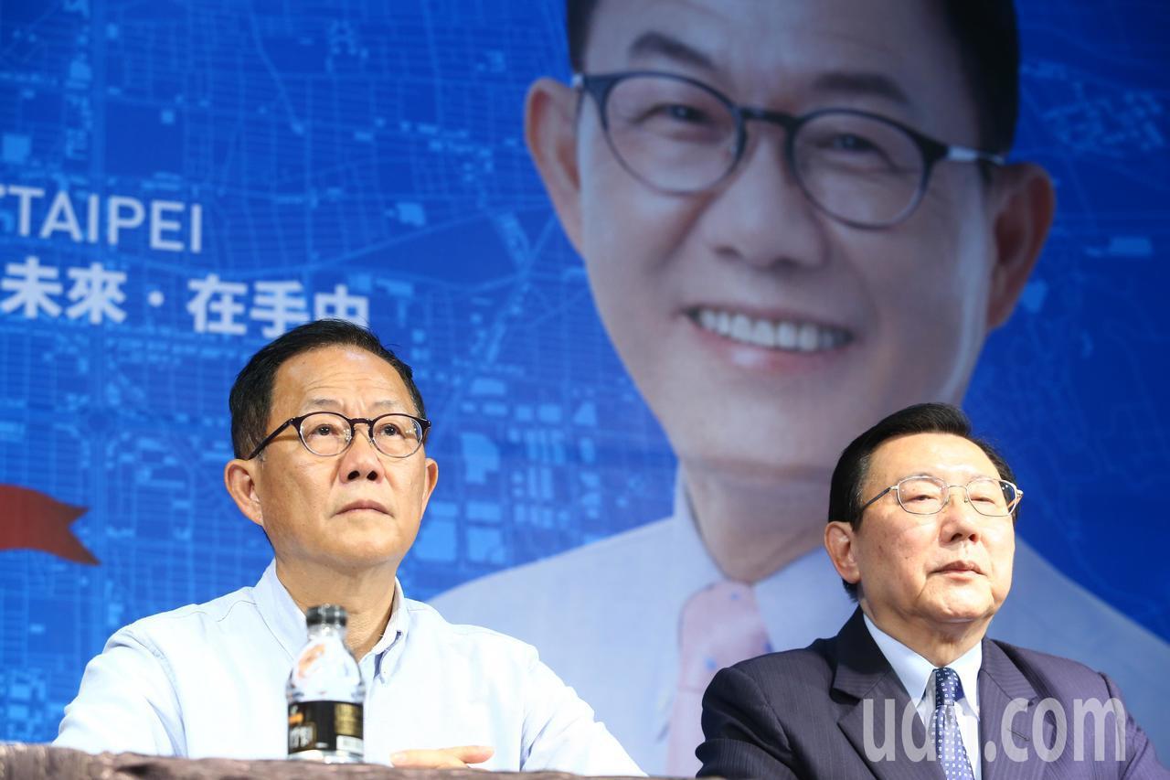 國民黨台北市長候選人丁守中(左)今天開記者會痛批中選會,他表示台北是唯一有操作棄...