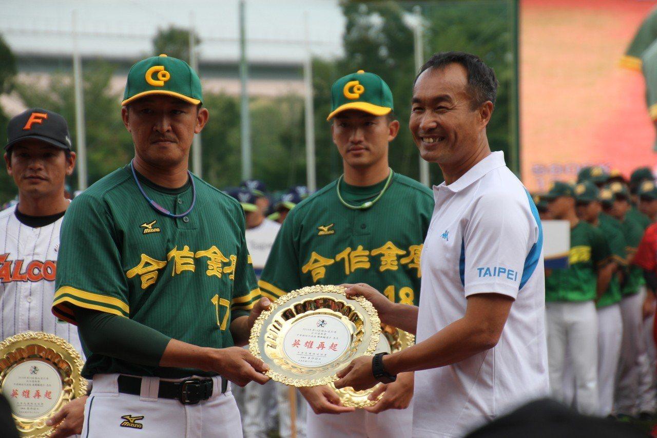 中華棒球協會表揚3名今年亞運表現出色的球員。記者葉姵妤/攝影