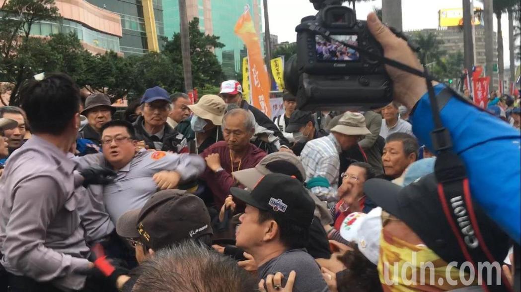 警察為阻止軍公教抗議群眾進入立法院,雙方發生拉扯。記者李承穎/攝影