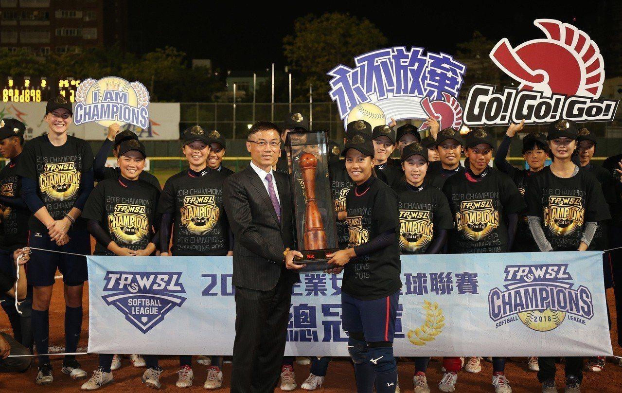凱撒勇士隊奪下企業女壘首冠。圖/中華壘球協會提供