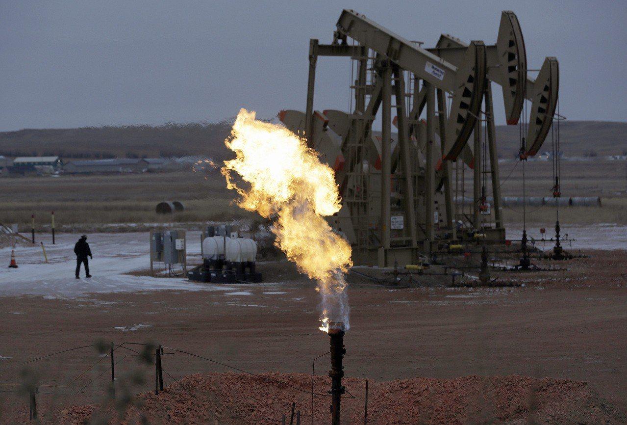 市場人士分析,有七大原因造成上周五紐約原油期貨大跌7.7%。 美聯社