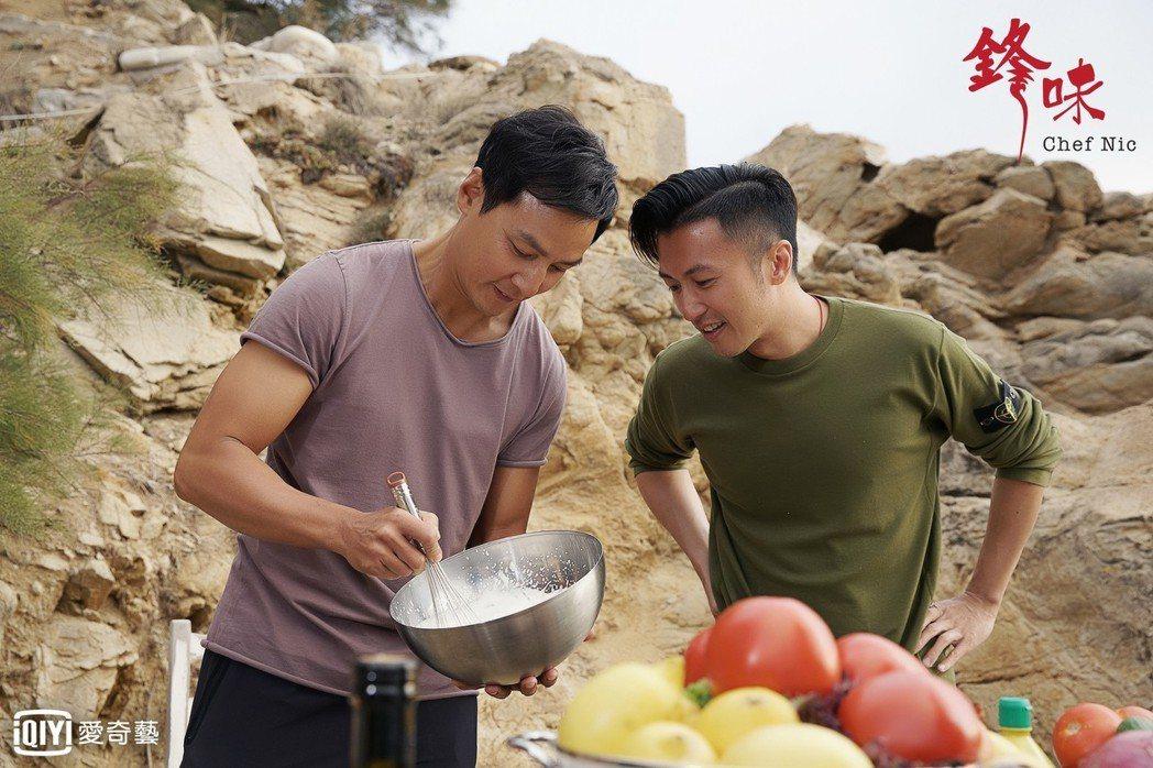 吳彥祖(左)受邀上謝霆鋒主持的「鋒味」。圖/愛奇藝提供