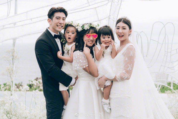 賈靜雯與修杰楷今日選在峇里島補辦婚宴,除了新郎新娘之外,三個女兒咘咘與Bo妞還有...