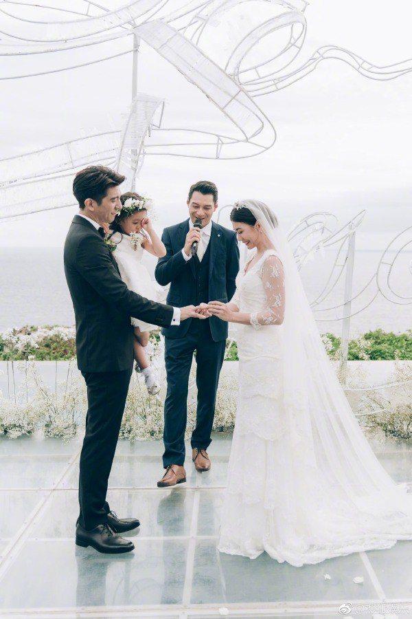 賈靜雯在婚禮上選穿一身蕾絲刺繡七分袖的婚紗,較為貼身的剪裁偏復古典雅風格,搭配長...