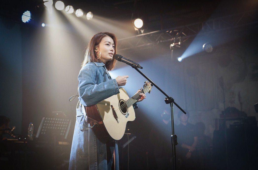 容祖兒在台上自彈自唱。圖/英皇娛樂提供