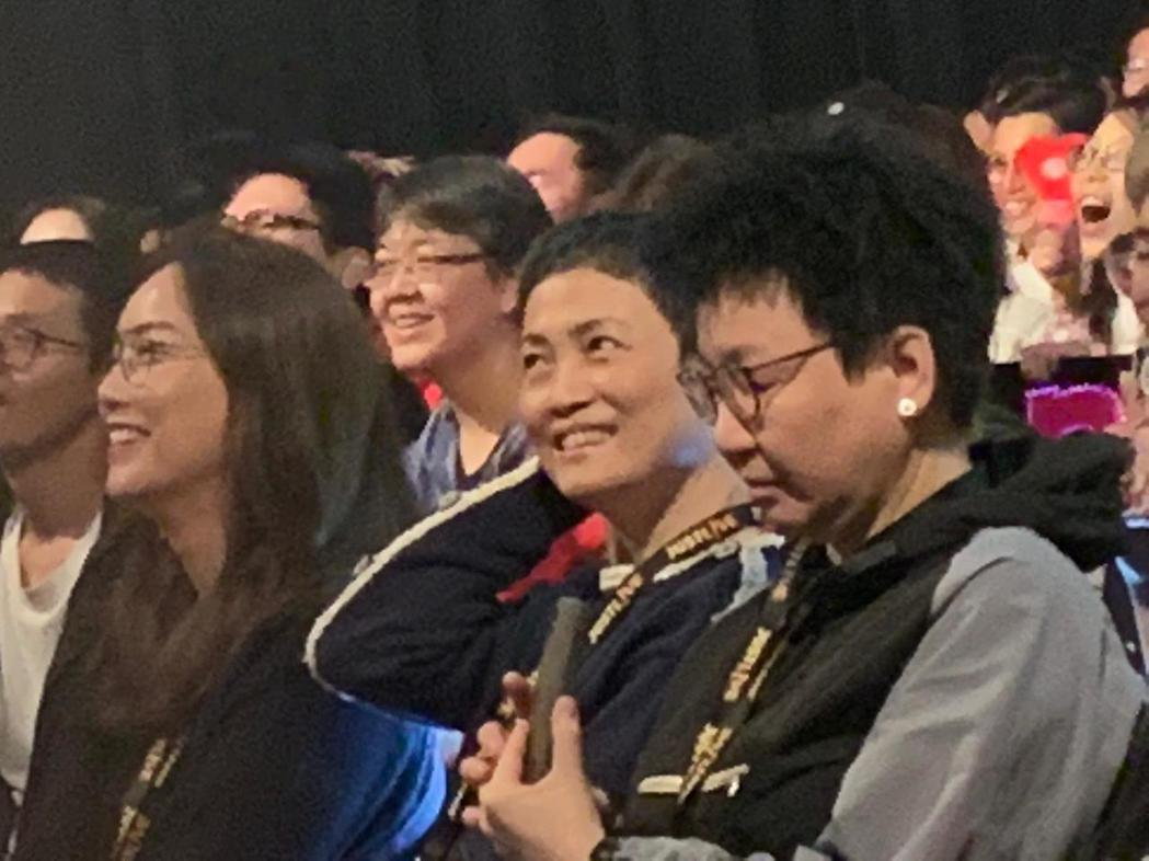 容祖兒的媽媽(中間黑衣舉手者)特別到場支持。圖/英皇娛樂提供