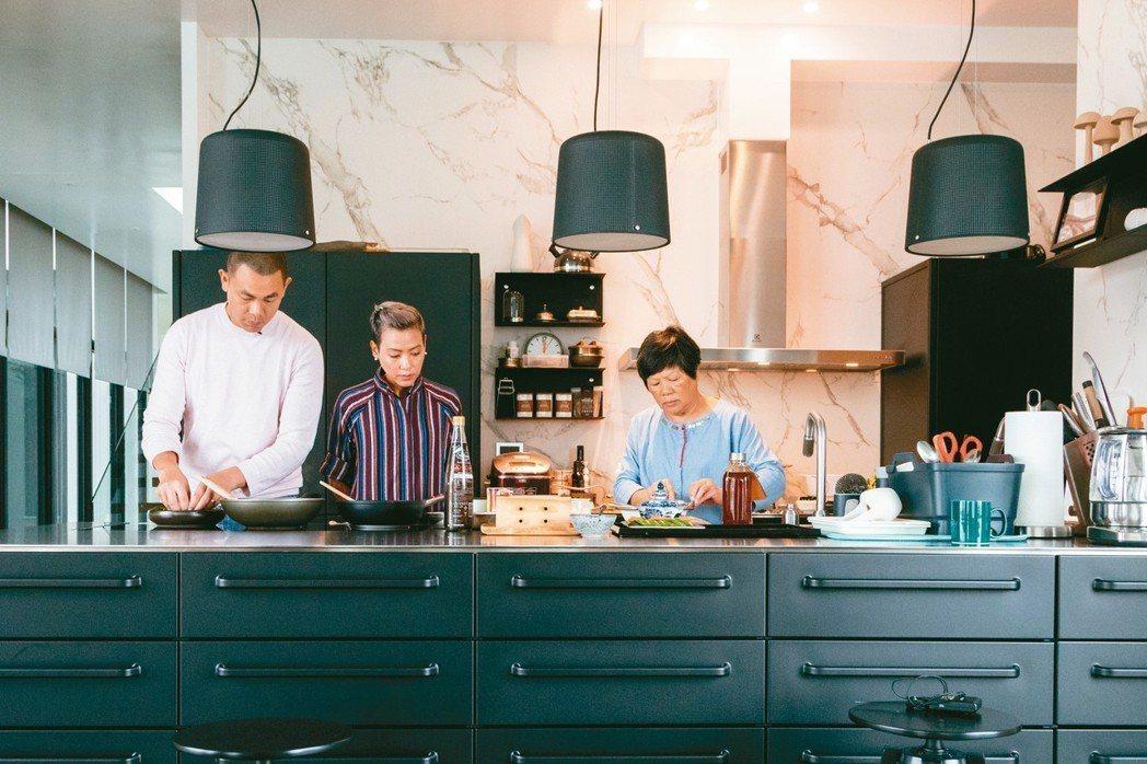 江振誠(左)在宜蘭的生活,常常是一家三口一起料理。 記者陳立凱/攝影
