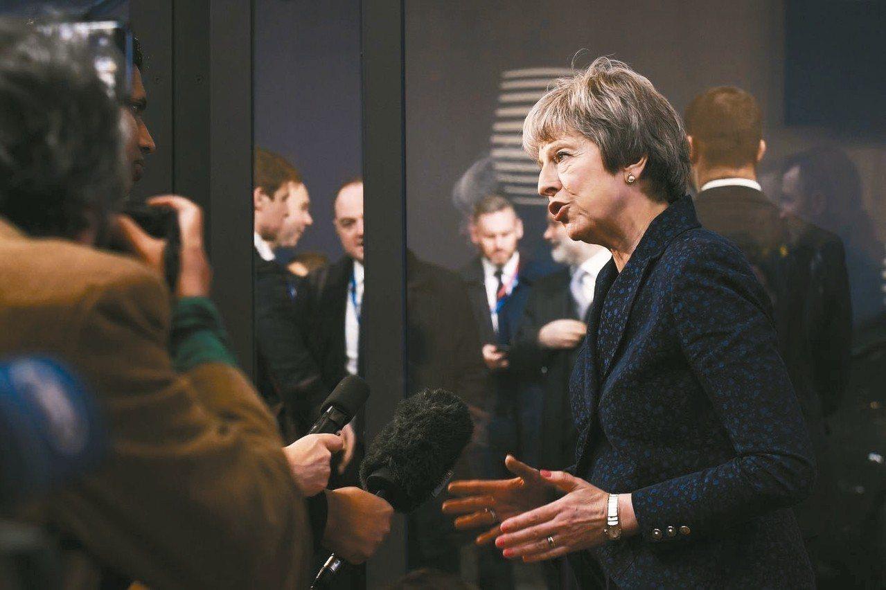 英國首相梅伊(右)廿四日在布魯塞爾歐盟總部和歐盟領導人討論脫歐協議後,對記者發表...