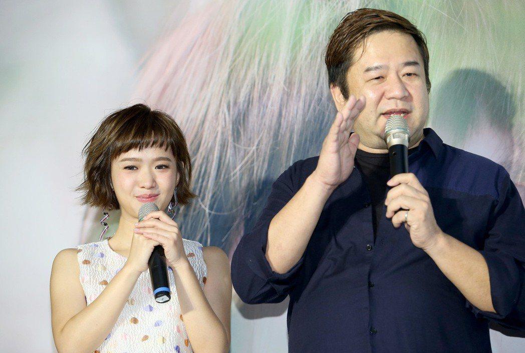 嚴正嵐(左)發行首張個人專輯「告白」,流淚感謝導演瞿友寧(右)讓自己被看見。記者...