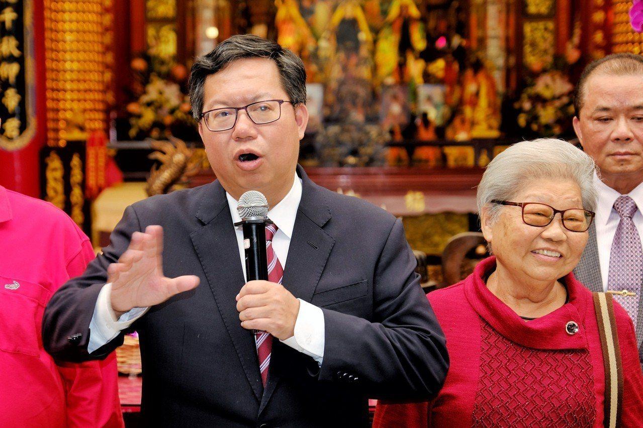 以高票數連任桃園市長的鄭文燦(左)26日表示,拚經濟、拚建設、顧民生,是民進黨未...
