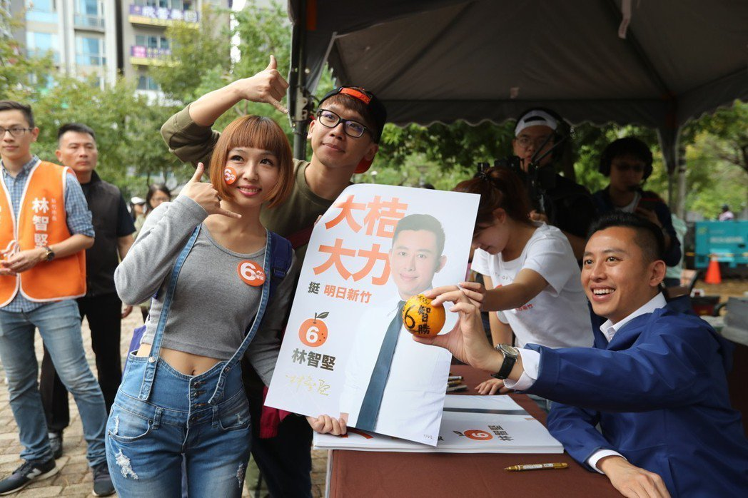 新竹市長林智堅成功解決三明治世代問題,攏獲年輕族群的心。 圖/林智堅競選團隊提供