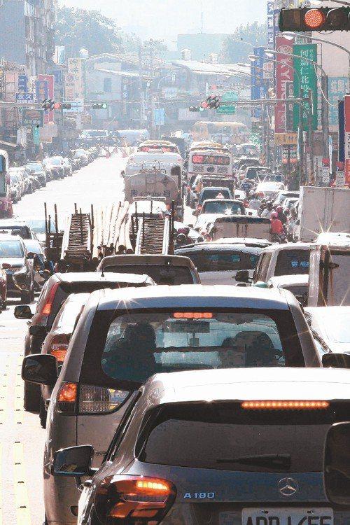 投保UBI保單後,每100公里若急煞車逾5次,小心會被加保費。 圖/聯合報系資料...