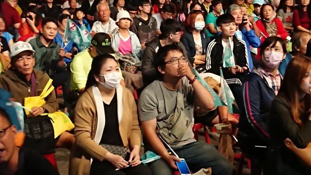 2018年11月24日,陳其邁競選總部外的支持者們盯著轉播大螢幕看開票結果,眼見...