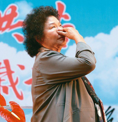 圖為4月北上接任總統府秘書長的陳菊,在高雄市府交接典禮上一度哽咽。 圖/聯合報系...
