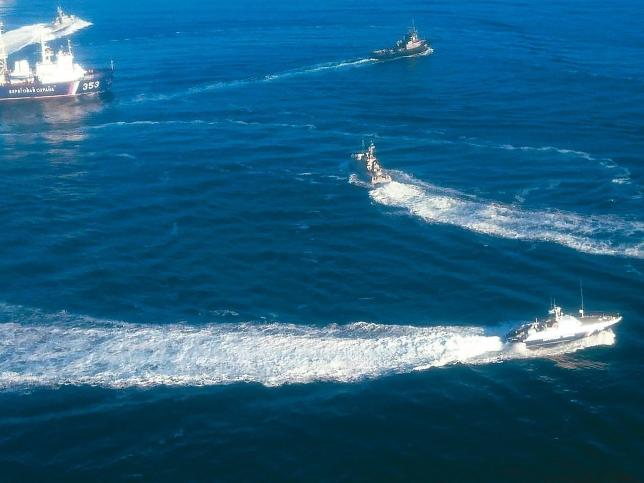俄羅斯聯邦安全局(FSB)一艘巡邏艇在黑海追逐烏克蘭海軍2艘砲艇和1艘拖船。 圖...