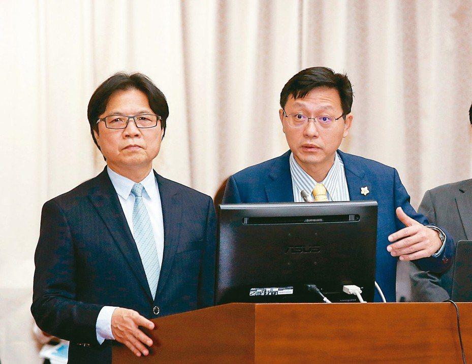 教育部長葉俊榮(左)上午在立院備詢,對如何處理台大校長一事,表示這是制度上的僵局。 記者鄭超文/攝影
