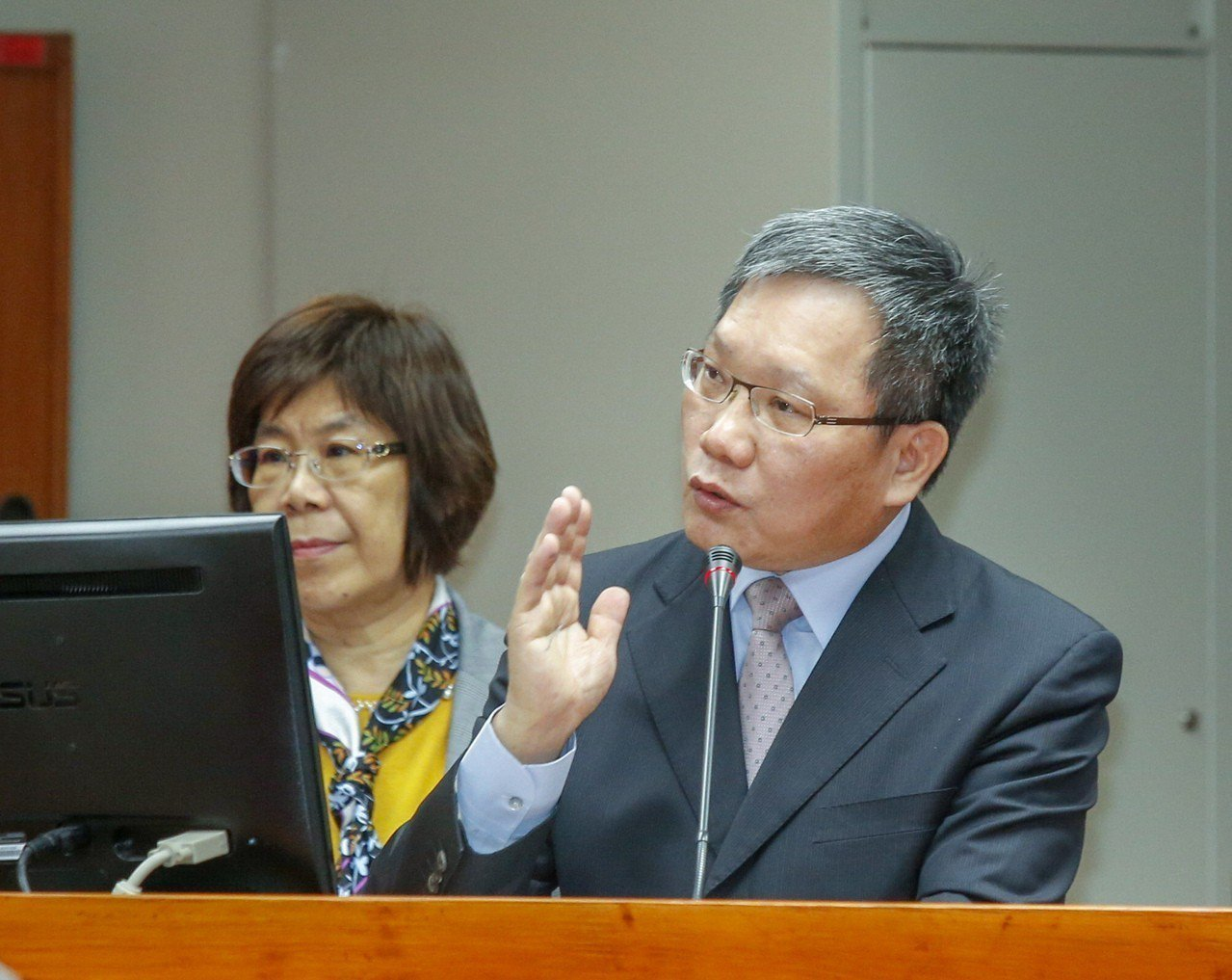 立法院財政委員會上午舉行「台灣金融控股股份有限公司等預算審查」,針對公股銀行薪資...