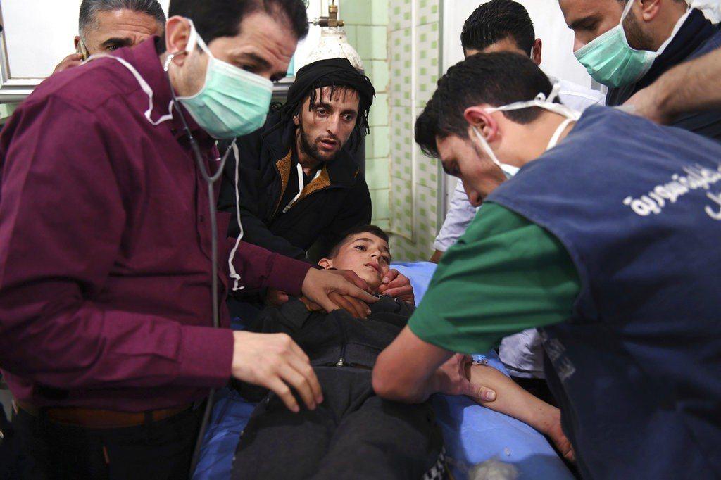 敘利亞政府掌控的阿勒坡(Aleppo)疑似遭化武攻擊,107名敘利亞民眾因呼吸困...
