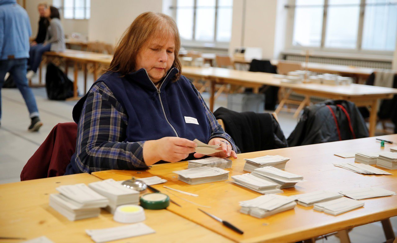 圖為瑞士選務人員清點選票。 路透社