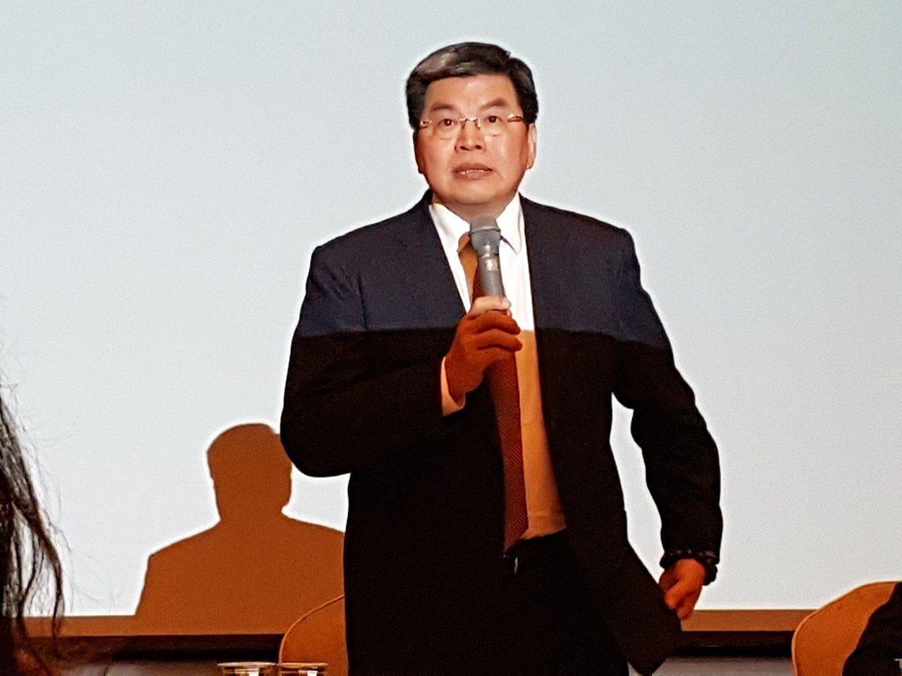 國泰金控總理李長庚指出,選後拚經濟絕對是首要之務。圖為李長庚日前主持法說會。 聯...