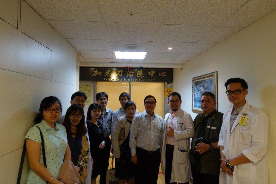 神經外科劉斯顥醫師(右三)與參訪貴賓合影。 高雄榮總/提供。