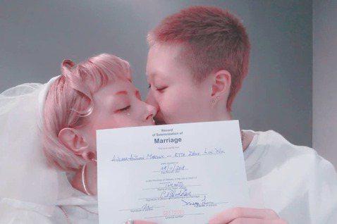 吳綺莉的獨生女吳卓林,日前才被目擊到與女友回到香港,26日就在IG上公布兩人已在加拿大登記結婚,還秀出兩人的結婚證書。吳卓林26日在IG上秀出與大12歲的女友Andi的結婚證書,從證書上可以看到兩人...