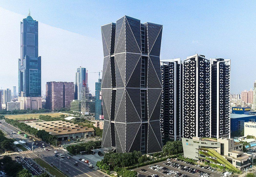 「欣灣時代」(圖右)有中鋼品牌,隔壁又是中鋼企業總部,兩棟建築物在亞洲新灣區相互...