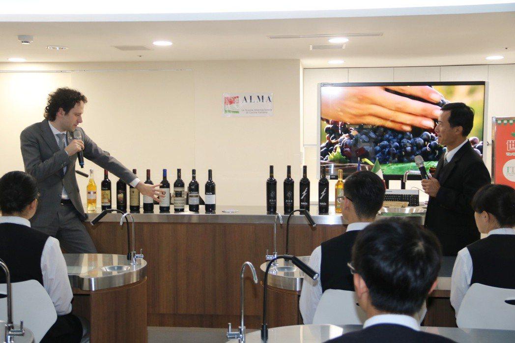 弘光科大品酒教室啟用,ALMA義大利籍品酒師Ciro Fontanesi (左)...