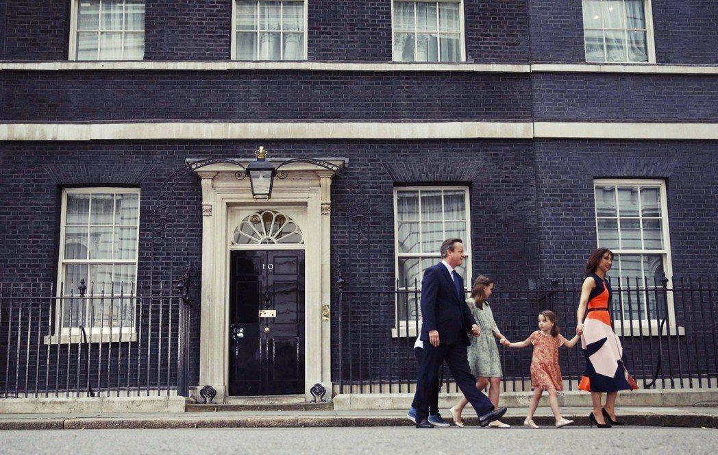 捅出巨大麻煩後,卡麥隆揮揮衣袖辭去了首相、退出了政壇。圖為辭職後的卡麥隆,帶著一...