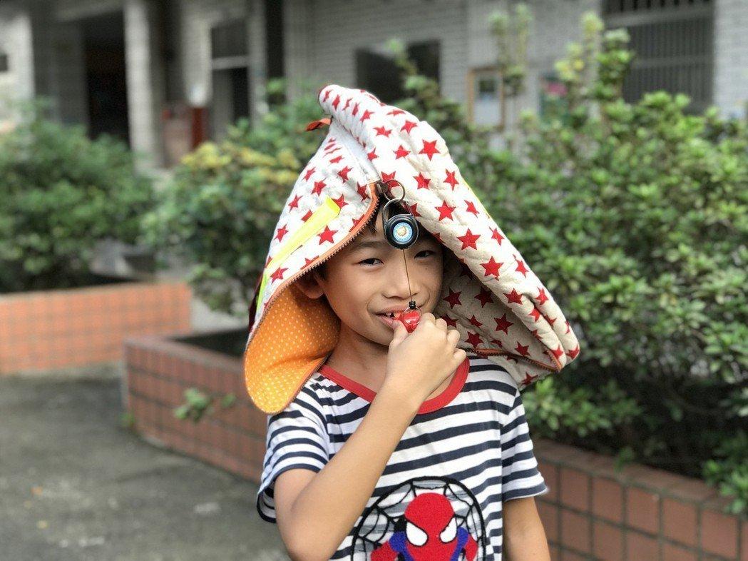 桃園市立霄裡國小學生,發明出「防災隨身GO」,是發想於校內的地震防災演練時,想創...