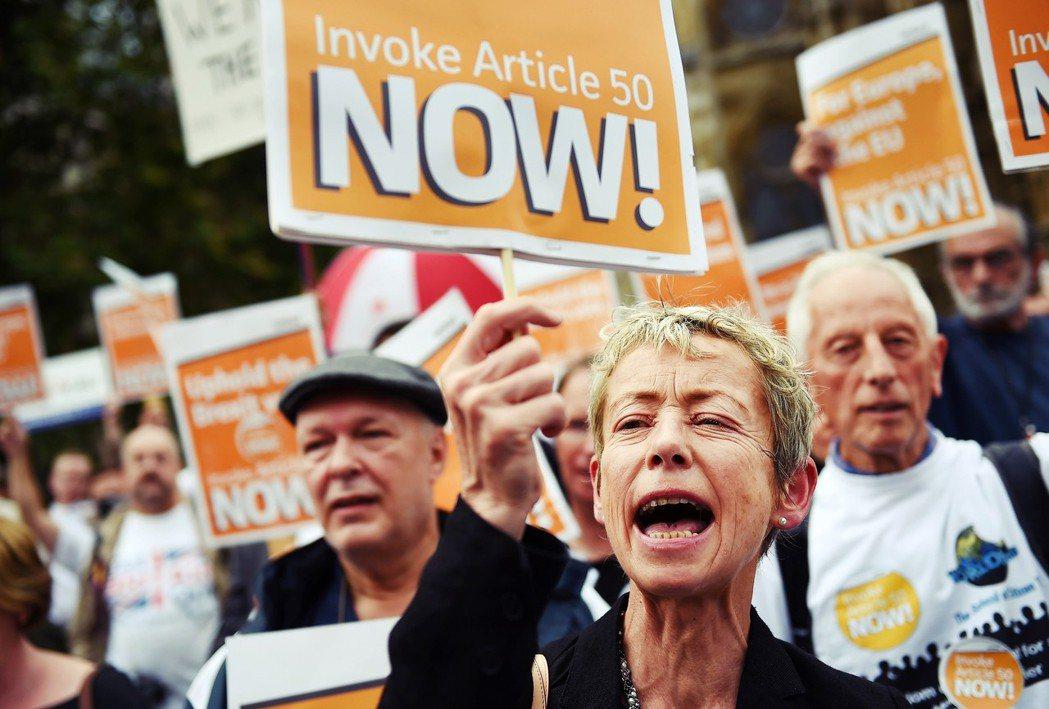在脫歐談判啟動前,不斷催促英國快點脫歐的硬脫歐派。 圖/歐新社