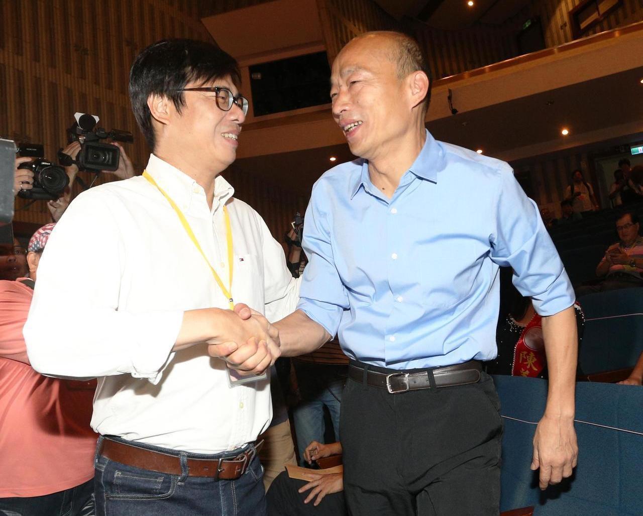高市長選舉出爐,民進黨候選人陳其邁(左)雖以15萬票之差敗給韓國瑜,不過名嘴羅友...