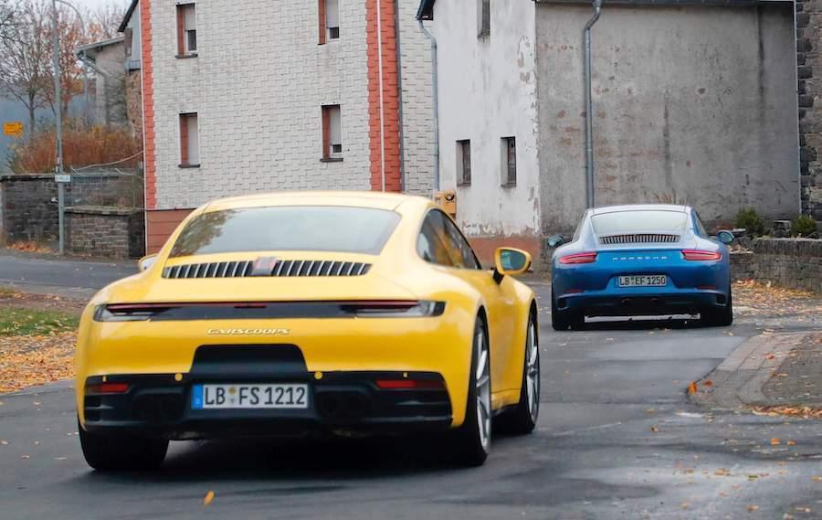 甚至連和前一代Porsche 911(前車)一同測試也不披上任何迷彩。 摘自Carscoops