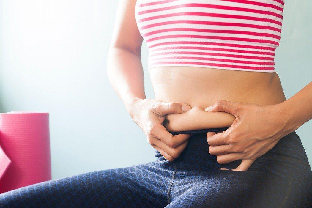 進入更年期後,體重分佈會發生變化,增加的體重會在腹部周圍堆積。 圖片/ingim...