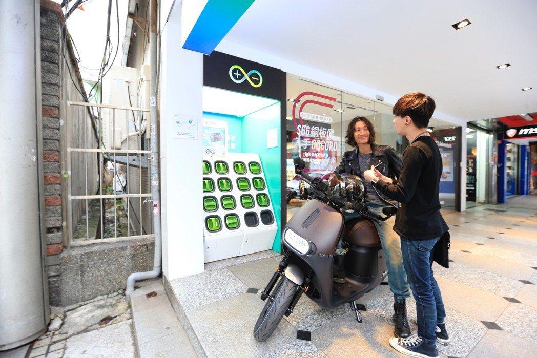 以前騎油車的江先生表示,現在電動站密度比加油站還多,加上換電方便因此決定購入電動...