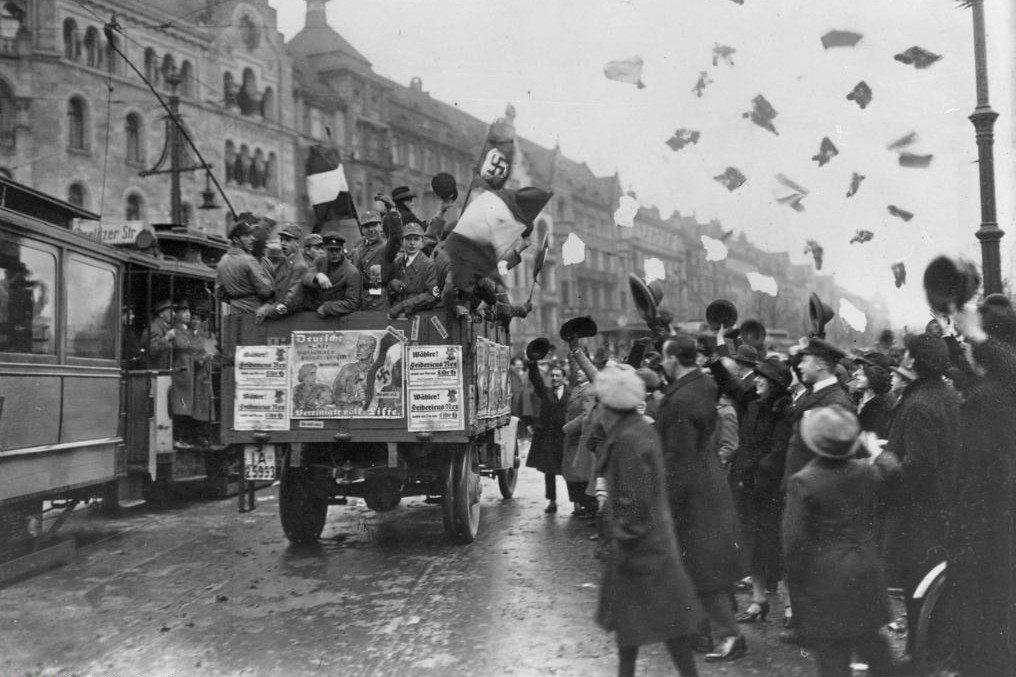 1933年希特勒掌權,納粹崛起,此時奧地利也恍神顛簸,彷彿正走在迎接這位反猶、暴...