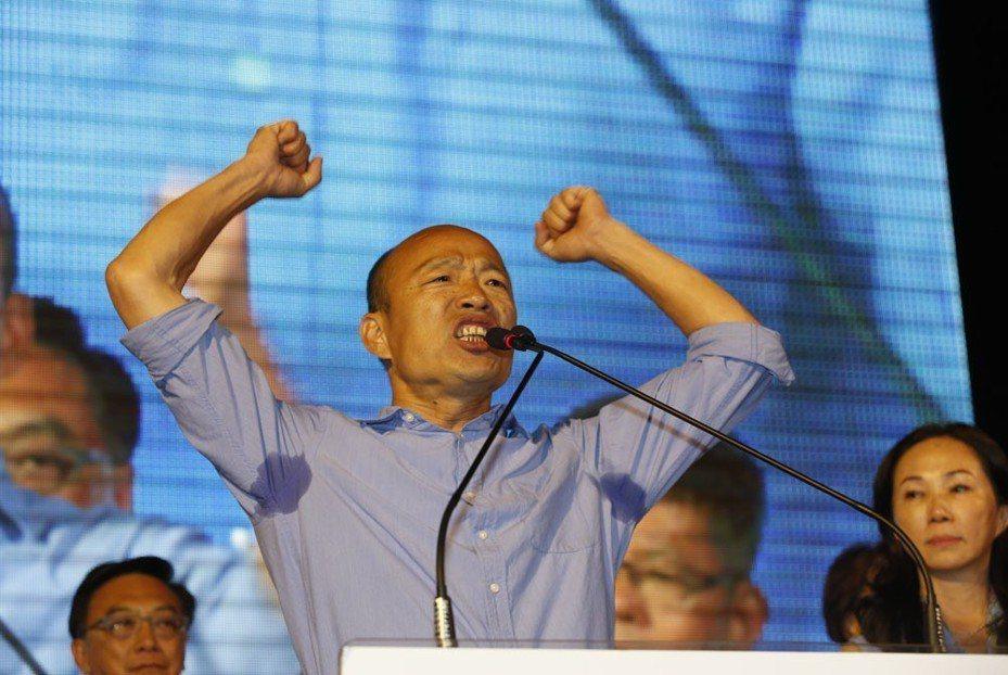 非典型藍的韓國瑜,得到了國民黨最缺的文宣空戰優勢。 攝影/郭晉瑋